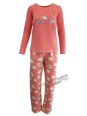 Pijama dama, bluza corai cu imprimeu nori si stele, pantaloni corai cu imprimeu oite